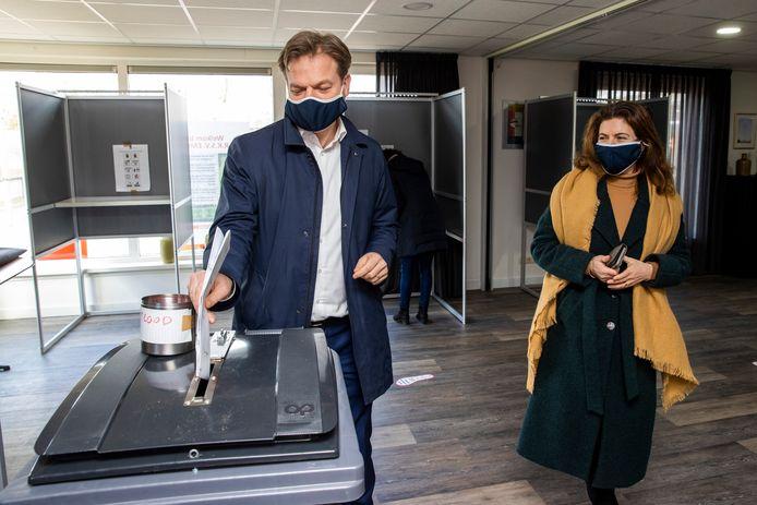 Pieter Omtzigt en Ayfer Koç brengen hun stem uit bij de laatste Kamerverkiezingen.