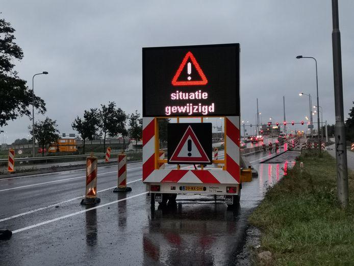 Een van de matrixborden bij de vernieuwde situatie bij de op- en afrit van de A12 bij  Ede.