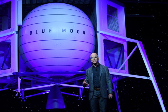Jeff Bezos met zijn maanlander Blue Moon.