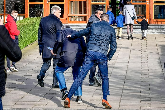 Een journalist van Rijnmond wordt aangevallen en getrapt