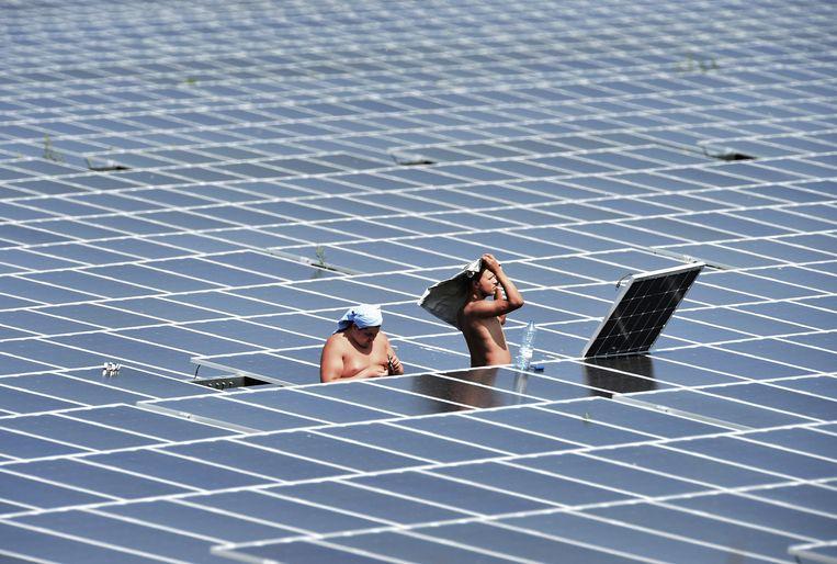 De prijs voor de aankoop van zonnepanelen uit China is dit jaar al met gemiddeld 14 procent gestegen. Oorzaken zijn een aanhoudend tekort aan grondstoffen zoals polysilicium en glas. Beeld Marcel van den Bergh / de Volkskrant