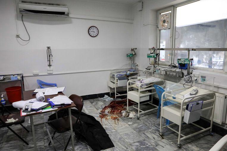 Bloedvlekken op de afdeling neonatologie in het ziekenhuis van Artsen Zonder Grenzen in Kabul.  Beeld EPA