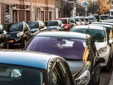 Auto staat al anderhalf jaar stil in straat: 'Intriest dat weesauto's schaarse ruimte innemen'