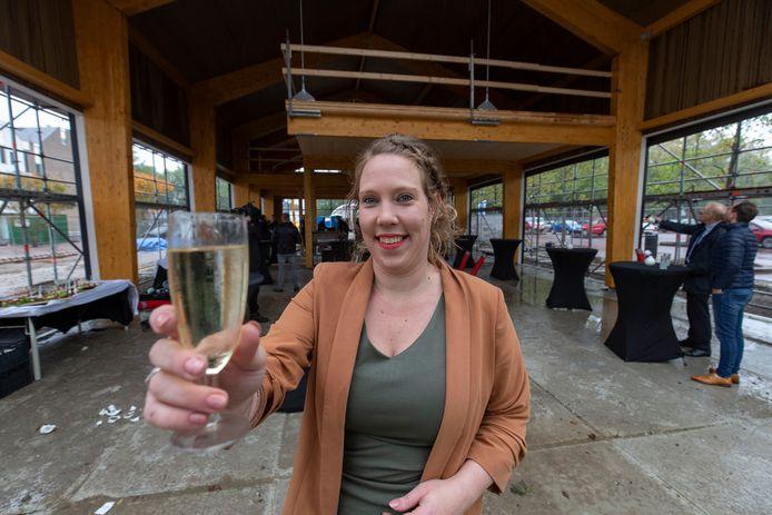 De jonge Angela Verbaarschot gaat twee restaurants in het nieuwe horecapaviljoen op De Deel in Emmeloord uitbaten.