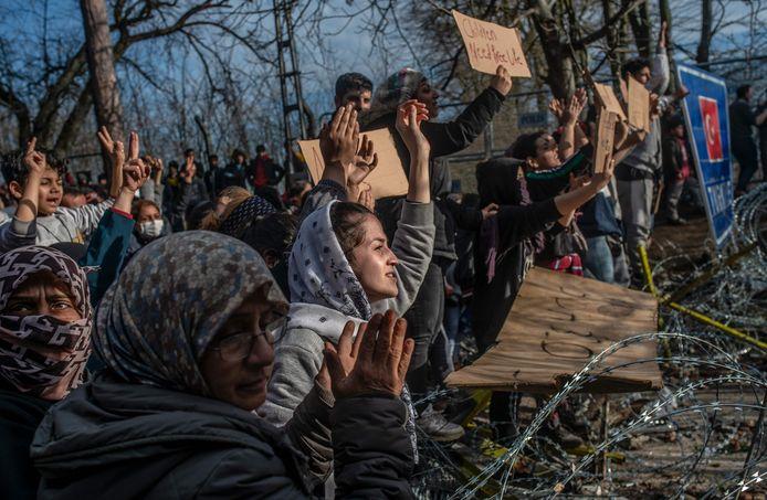 Migranten bij de Turks-Griekse grens. Ze hopen op toegang tot Europa nadat de Turkse president Erdogan had gezegd de grens te openen.
