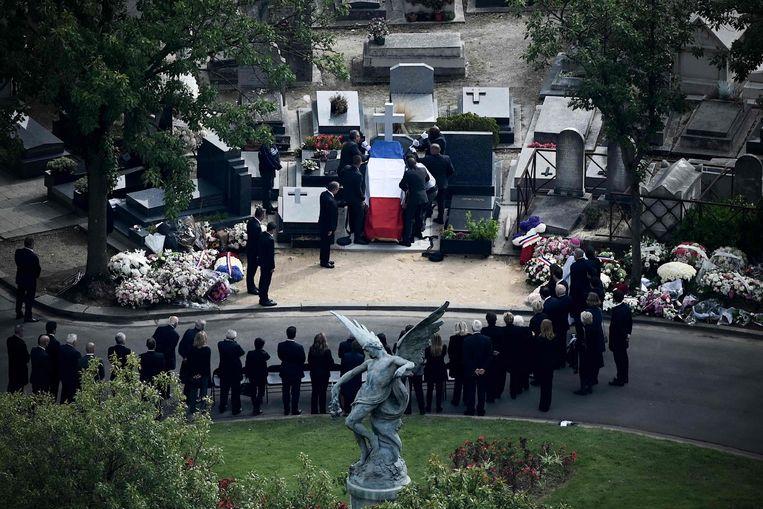 Familieleden van voormalig president Jacques Chirac wonen zijn begrafenis bij op de Montparnasse begraafplaats in Parijs, op 30 september 2019.  Beeld AFP