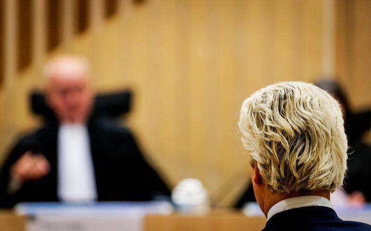 SCHIPHOL - Voorzitter Reinking bij aanvang van de rechtszaak tegen Geert Wilders in de extra beveiligde rechtbank.   Beeld ROBIN VAN LONKHUIJSEN/ANP
