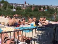 Zo druk is het vrijdag op het stadsstrand in Groningen, een dag na de oproep van premier Rutte aan jongeren om afstand te houden