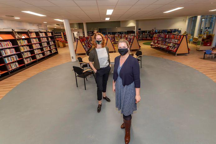 Annebelle Kools (links) en Roos Herman in de bibliotheek te Hoogerheide. Die wordt meer dan ooit de huiskamer voor wie het gemeentehuis van Woensdrecht bezoekt voor vragen aan ambtenaren of welzijnswerkers.
