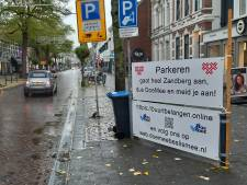 Banner tegen betaald parkeren in wijk Zandberg gestolen: 'Dat doe je niet. Dat steekt'