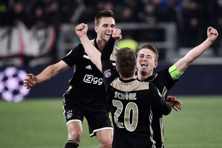 Joel Veltman (l.), Lasse Schone en Matthijs de Ligt vieren: de Ajacieden kegelden Juventus uit de Champions League. Beeld AFP