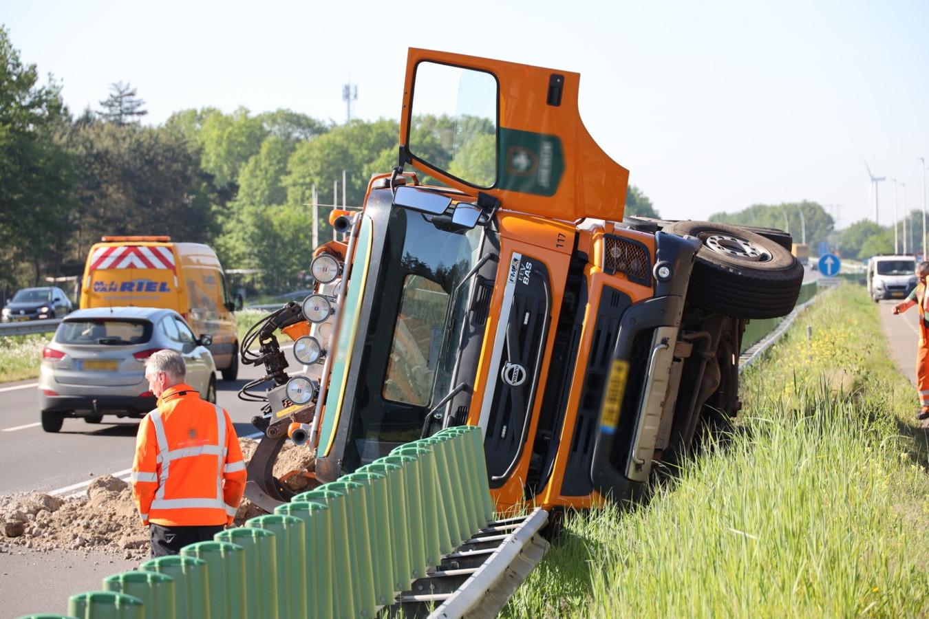 Een vrachtwagen is woensdagochtend tijdens werkzaamheden omgekanteld en op de busbaan beland van de N261 bij Loon op Zand.