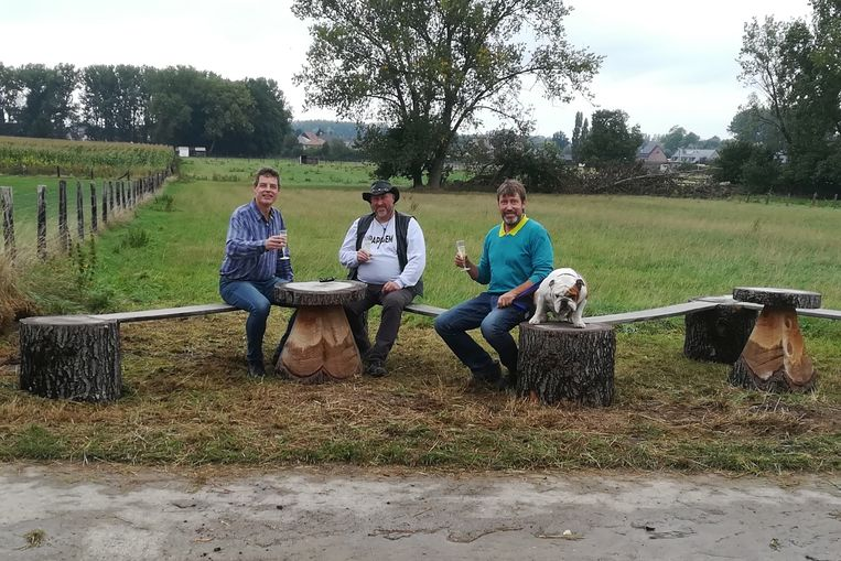 Wandelaars kunnen voortaan onderweg - net als Jan Huib Nas, Erik Van Den Eeckhout en Dirk Rasschaert -  even genieten van een comfortabel rustmoment.