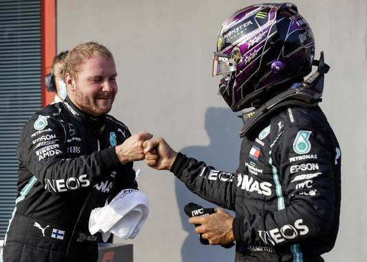Bottas (l) en Hamilton, teamgenoten bij Mercedes.