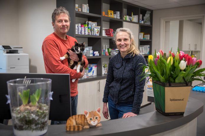 Mark de Voogd en Leontine Donkers nemen dierenkliniek Bladel over.