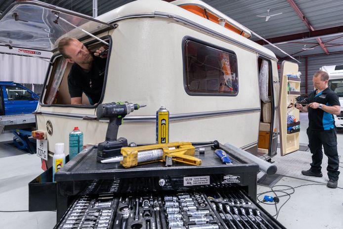 In de werkplaats van Campspecials is het een komen en gaan van caravans en campers die nog snel een check-up moeten krijgen. Links Mart Renders en rechts Twan Wagenaars.