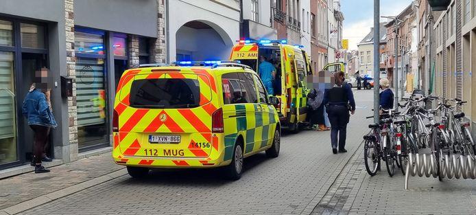 De mug en 100 kwamen ter plaatse om het kind te onderzoeken na een val uit een raam in de Kerkstraat.