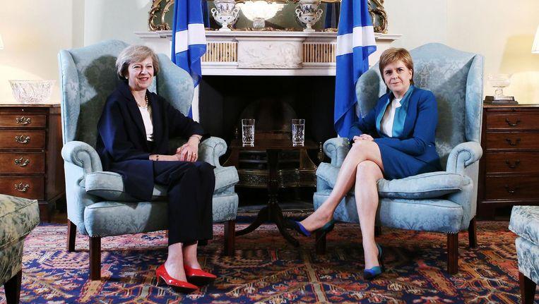 Theresa May (links) spreekt met Nicola Sturgeon in het Schotse Edinburgh op 15 juli. Beeld afp