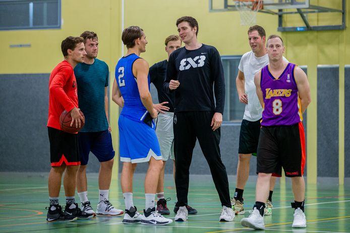 Coach Matthew van Tongeren (zwart shirt), vorig seizoen tijdens een training van Trajanum.
