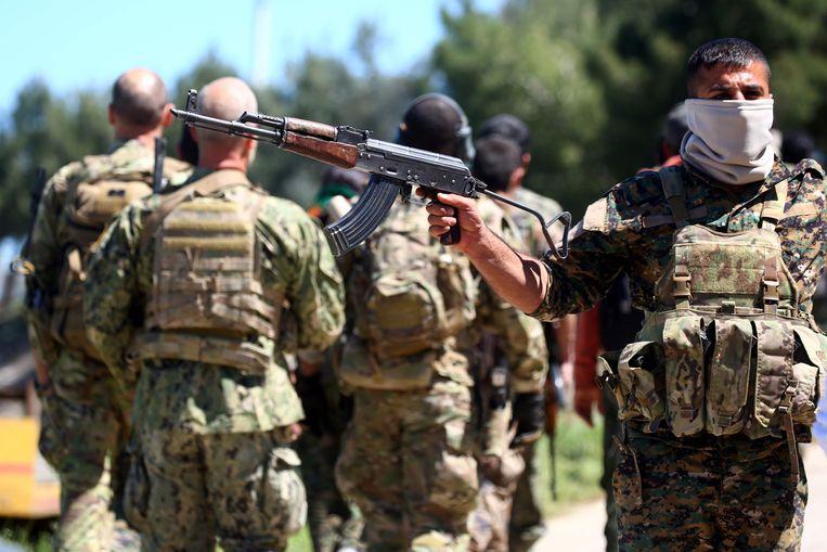 Strijders van de YPG op wacht bij het de noord-oostelijke Koerdische stad Derik in Syrië. Beeld AFP