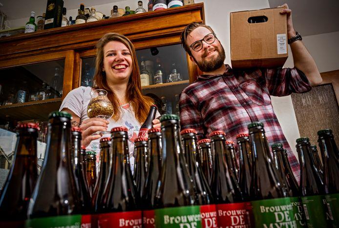 Carola van Vliet en Edwin Mol uit Nieuwerkerk aan den IJssel zijn hun eigen biertjes gaan brouwen toen hun werk als theatertechnici wegviel.