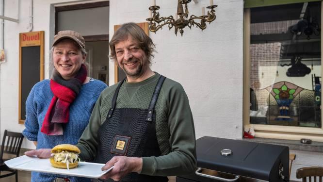 Na de paardenworstjes nu ook de paardenburger: Annelies en Steve van café Polderzicht lanceren de Hot Horse Burger