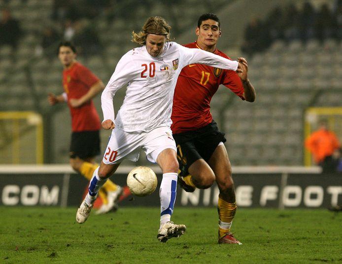 Marouane Fellaini probeert de Tsjech Jaroslav Plasil in zijn eerste interland met de Rode Duivels af te stoppen.