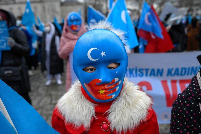 Leden van de Oeigoeren-gemeenschap in Turkije demonstreerden donderdag in Istanboel tegen de Chinese onderdrukking gedurende het bezoek van de Chinese minister van Buitenlandse Zaken aan het land.