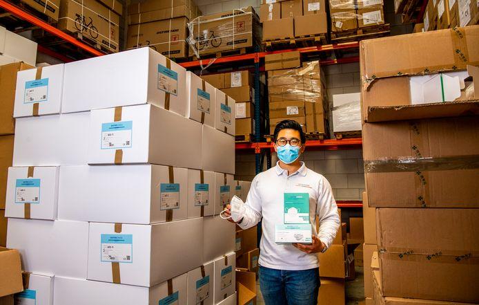 Directeur Michael Hu van Ostrichoo. Het bedrijf heeft miljoenen mondkapjes op voorraad.