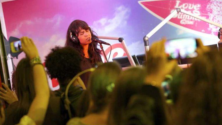 De Noorse popster Maria Mena tijdens haar optreden bij Q-Music. Beeld anp