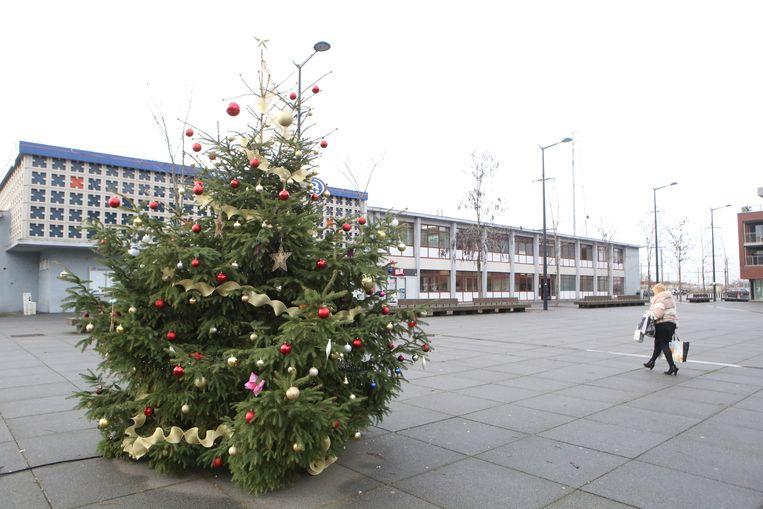 Veel Landenaren kwamen een kerstbal in de boom hangen.