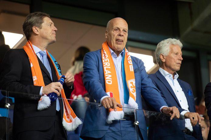 Jan Smit (m) op de tribune tijdens de uitwedstrijd van het Nederlands elftal tegen Estland (0-4).