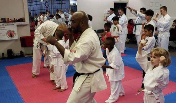 Karate-instructeur Randall Ephraim met enkele studenten.