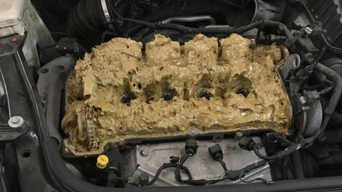 Bruine emulsie die je motor vast laat lopen kan het gevolg zijn van het vullen van de verkeerde vulopening onder je motorkap.