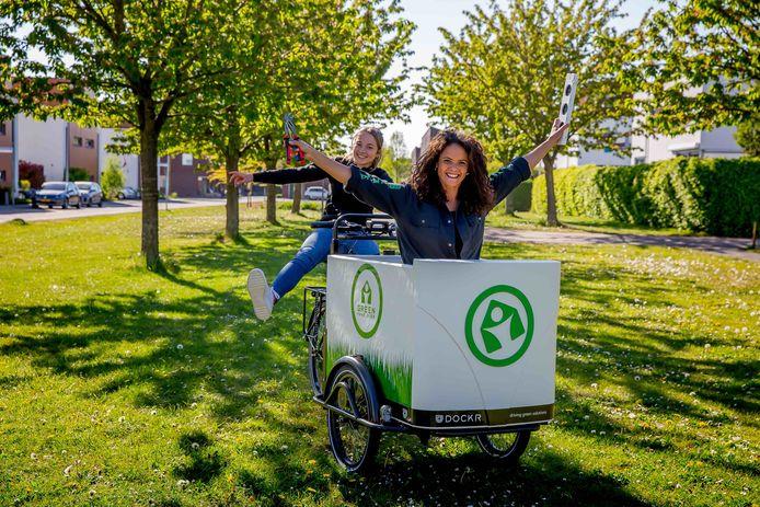 Gwen Jansen (voorgrond) en co-presentator Ruby Bijlstra filmen dit najaar in Borne.