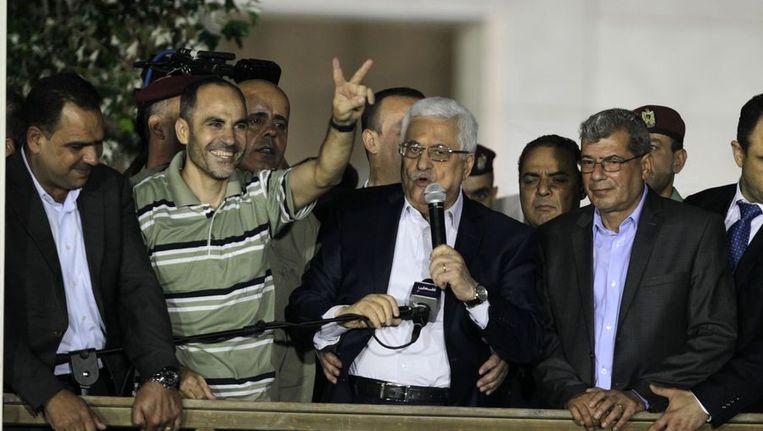 De Palestijnse president Abbas (midden, met microfoon) en enkele Palestijnse gevangenen die vandaag zijn vrijgelaten. Beeld afp