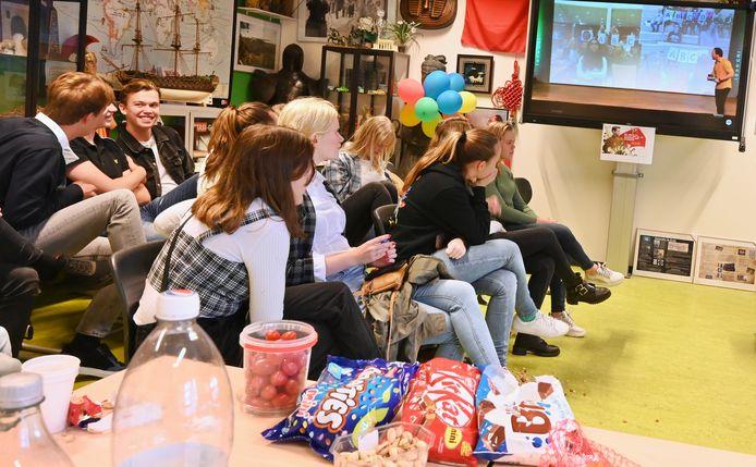 Leerlingen van Koen Hubers volgen de verkiezing via in het lokaal aan de locatie Buys Ballot.