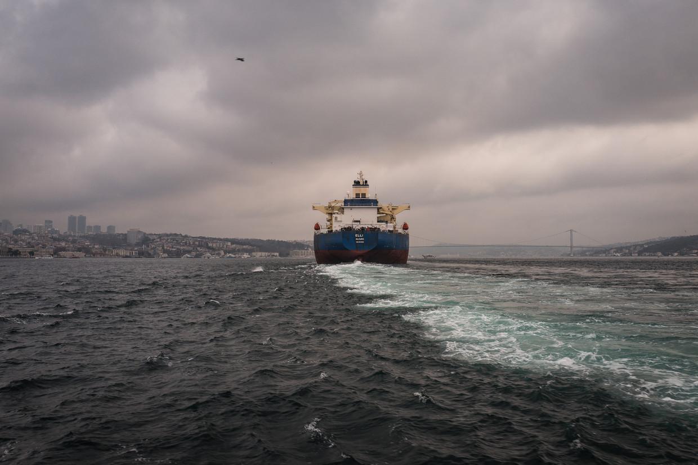 Een vrachtschip vaart door de Bosporus. Beeld Nicola Zolin