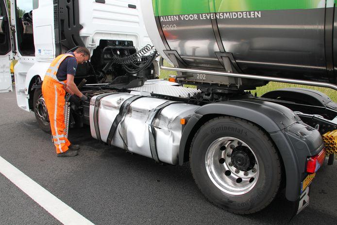 De brandstoftank van de grotere vrachtwagen raakte beschadigd. Voor de duidelijkheid: de beschonken bestuurder zat niet in deze truck, maar in een andere, kleinere truck die tegen de brandstoftank van deze vrachtwagen aanreed.
