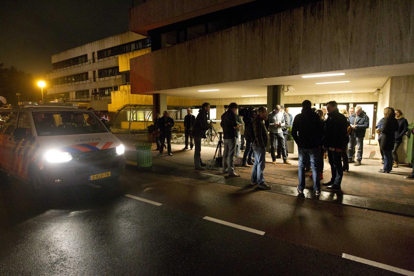 Politie en NOS-medewerkers bij het pand van de NOS op het Mediapark in Hilversum dat werd ontruimd.