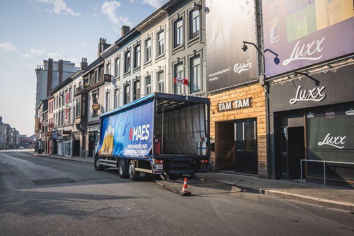 De Overpoortstraat, het hart (en de lever) van de Gentse studentenbuurt, oogt verlaten. Een camion komt al bier leveren, maar of het getapt zal moeten worden, is nog maar de vraag.