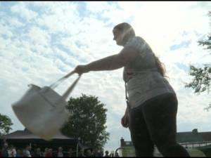 Le championnat du monde de lancer de... sac à main organisé en Belgique