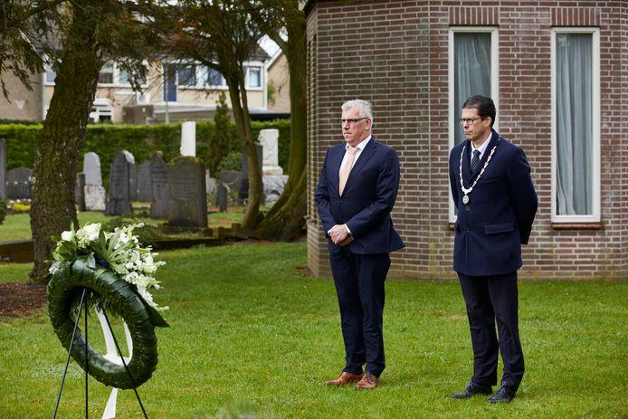 Burgemeester Joost van Oostrum (rechts) legde gistermiddag een krans bij de graven van Britse en Canadese piloten op de Algemene Begraafplaats Deugenweerd in Borculo.