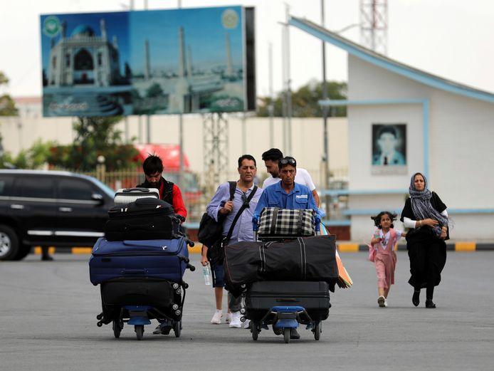 De voorbije dagen trokken veel bewoners al naar de luchthaven. Vandaag zouden de vluchten vol zitten, waardoor mensen gestrand raken.
