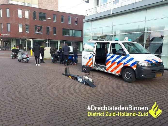 Ook op de Spuiboulevard werden snor- en bromfietsen gecontroleerd.