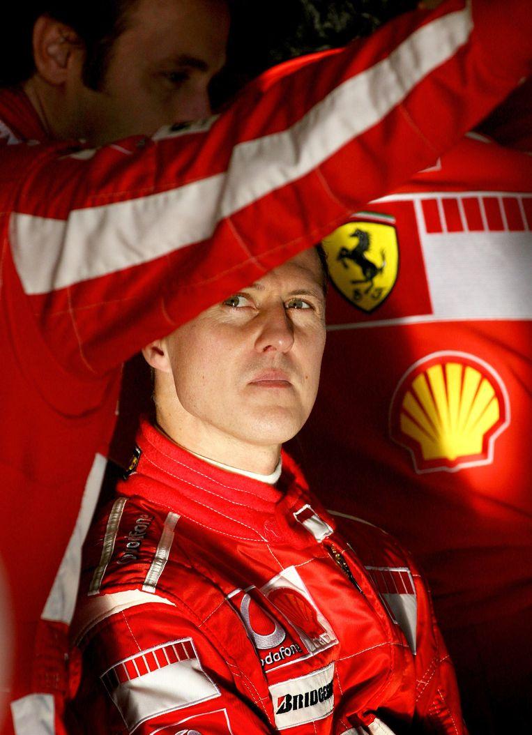 ► Michael Schumacher, zo'n tien jaar geleden, als boegbeeld van de F1-renstal Ferrari. Hij zou uit coma zijn en in het Zwitserse plaatsje Gland verblijven. Beeld AFP