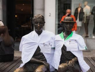 Hasseltse standbeelden krijgen wit verpleegvest op Dag van de Verpleging
