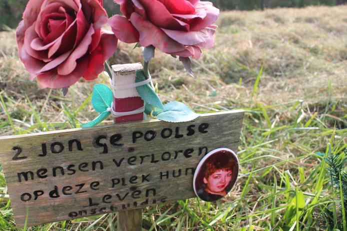 Het monumentje voor twee Poolse wandelaars die op 30 mei 2014 in Hellevoetsluis werden doodgereden, met fotootje van slachtoffer Sylwia Leśnik