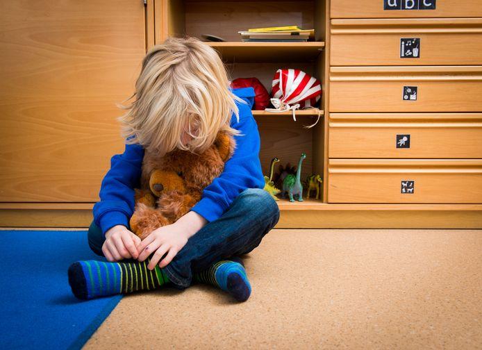 Een jongen met een knuffelbeer in een speelkamer van een jeugdhulpverleningscentrum (foto ter illustratie).