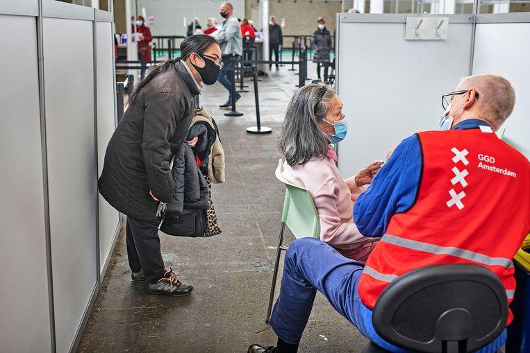 Zeventigers krijgen een Pfizer-prik in de Amsterdamse RAI. Beeld Guus Dubbelman / de Volkskrant